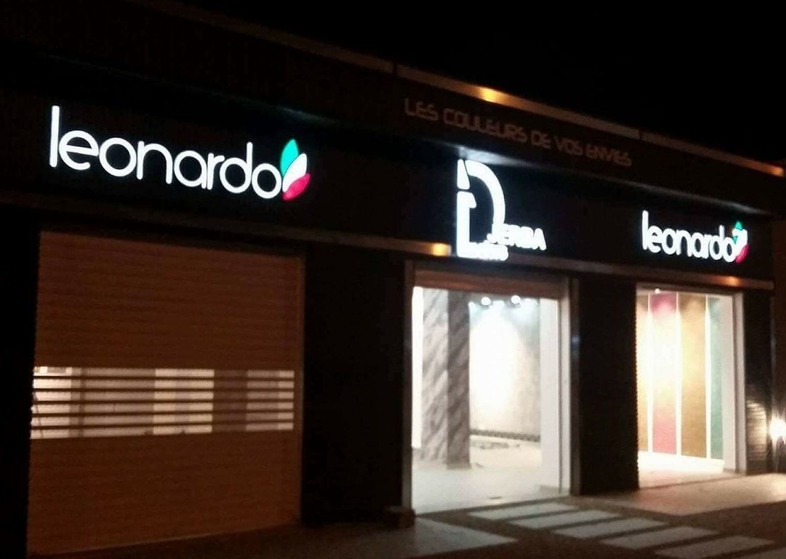 enseigne lumineuse leonardo, Enseigne lumineuse pour facade magasin en lettres boîtier 3d inox face plexi éclairage en domino led haute qualité étanche ip 68..blanc